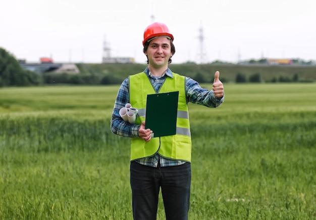 Mann mit hüttenplanbau