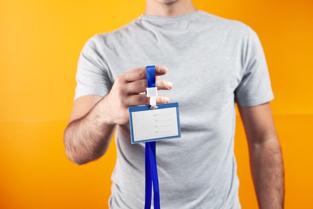 Mann mit id-tag auf orangem hintergrund
