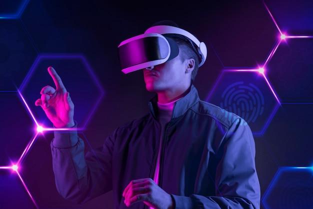 Mann mit intelligenter brille, der einen virtuellen bildschirm berührt, futuristische technologie digitaler remix