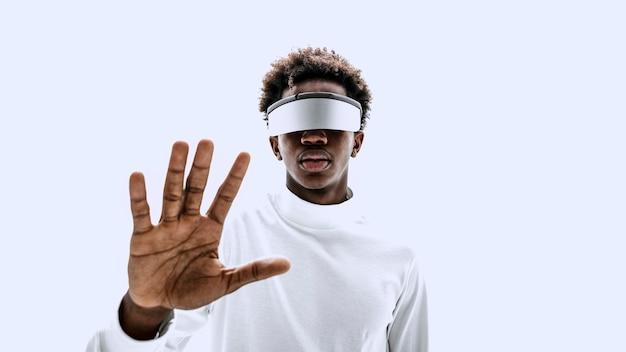 Mann mit intelligenter brille, der einen virtuellen bildschirm berührt