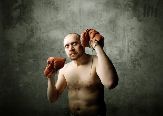 Mann mit jungenhandschuhen