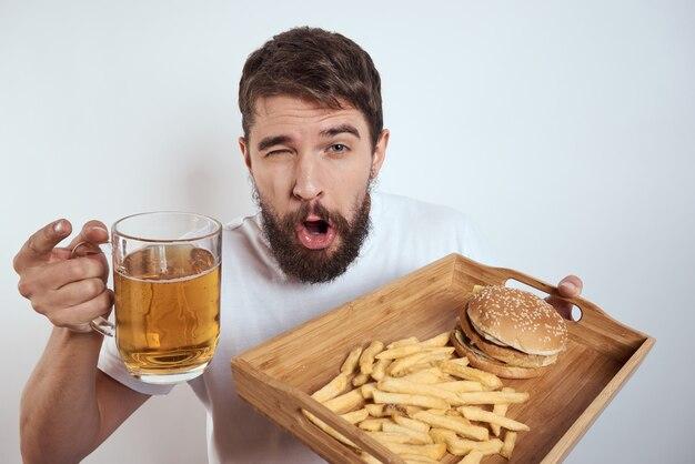 Mann mit junk food und bier