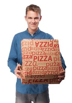 Mann mit kästen pizza