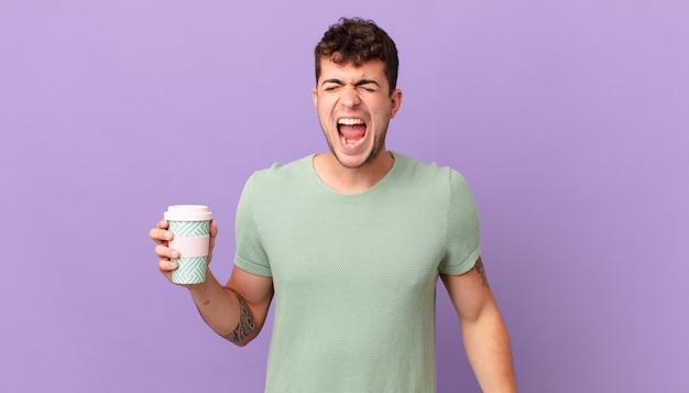 Mann mit kaffee, der aggressiv schreit, sehr wütend, frustriert, empört oder genervt aussieht, nein schreit