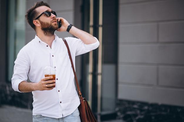 Mann mit kaffee und telefon