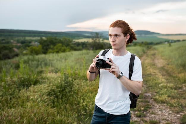 Mann mit kamera mittlerer aufnahme
