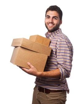 Mann mit kartons lächelnd