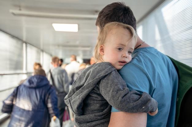 Mann mit kind am fahrstuhl