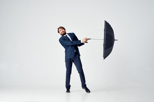 Mann mit klassischem anzugmodell des offenen mundes im vollen wachstum auf einem hellen hintergrund. hochwertiges foto