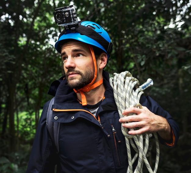 Mann mit kletterseil
