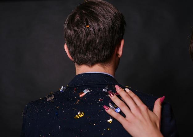 Mann mit konfetti im anzug