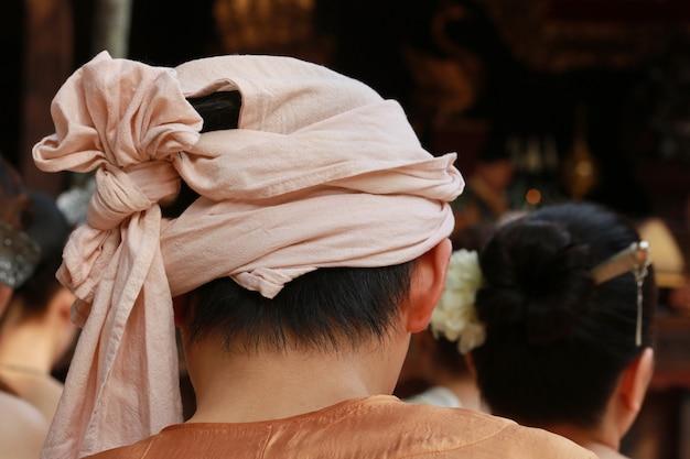 Mann mit kopfgewebeabdeckung myanmar-kultur mit chiang mai-haus, thailand