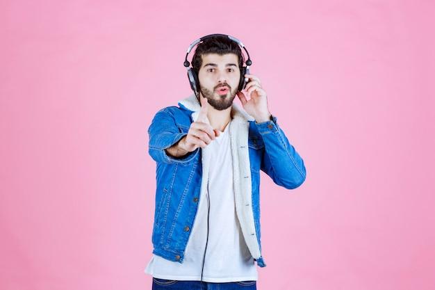Mann mit kopfhörer sieht verwirrt aus