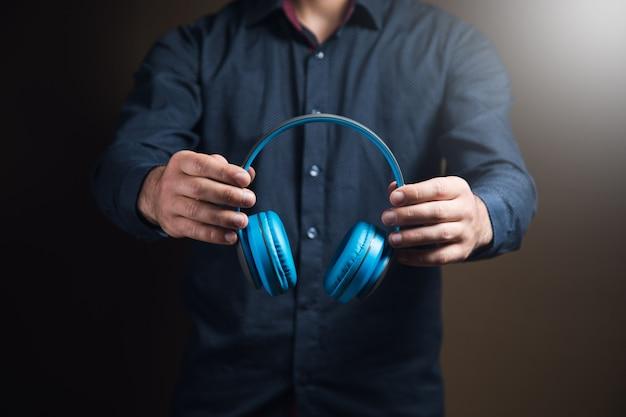 Mann mit kopfhörern auf brauner oberfläche