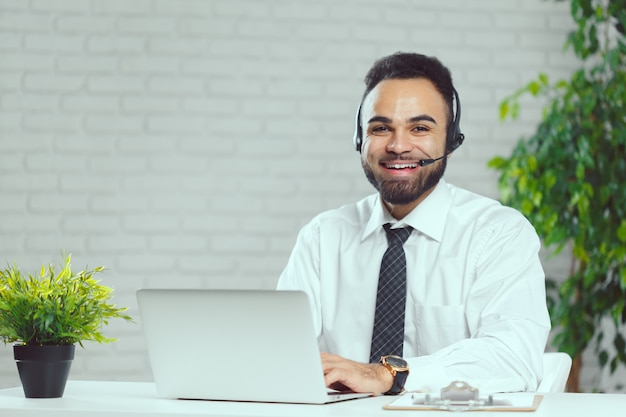 Mann mit kopfhörern. call-center-betreiber, der mit dem kunden spricht