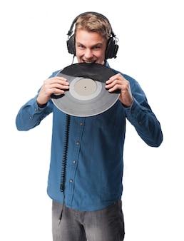 Mann mit kopfhörern ein vinyl beißend