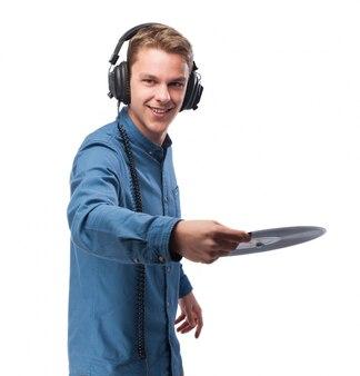 Mann mit kopfhörern ein vinyl ziehen