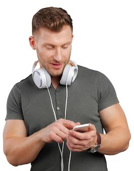 Mann mit kopfhörern hörend musik