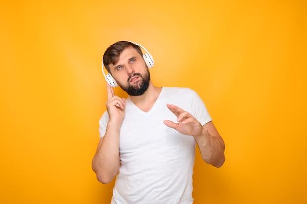 Mann mit kopfhörern hört musik.