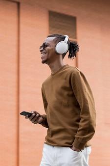 Mann mit kopfhörern im freien