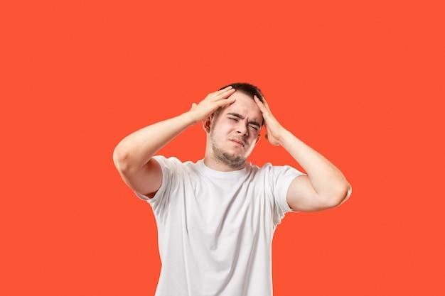 Mann mit kopfschmerzen. über rot isoliert.