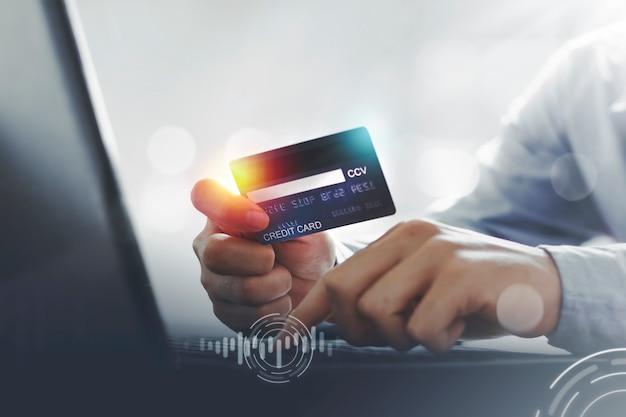 Mann mit kreditkarte macht online-zahlung nach dem online-kauf
