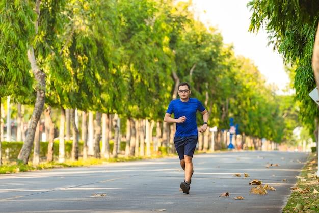 Mann mit läufer oder laufen auf öffentlichem park
