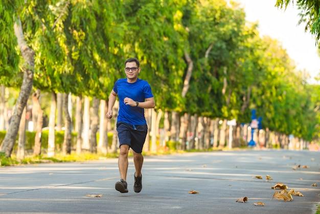Mann mit läufer oder laufen auf öffentlichen park