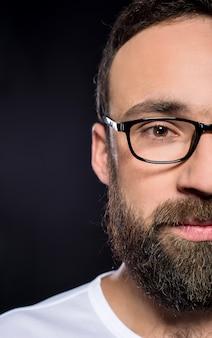 Mann mit langem bart und brille