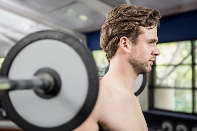 Mann mit langhantel trainieren
