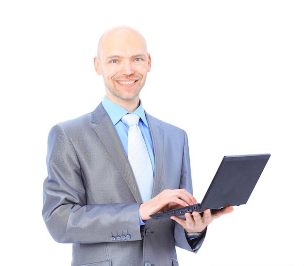 Mann mit laptop auf einer weißen wand