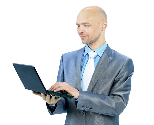 Mann mit laptop auf weißem hintergrund