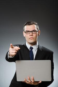 Mann mit laptop im geschäftskonzept