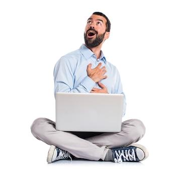 Mann mit laptop in der liebe