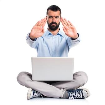 Mann mit laptop machen stop-zeichen