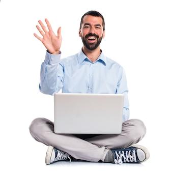 Mann mit laptop salutieren