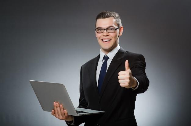 Mann mit laptop und daumen hoch