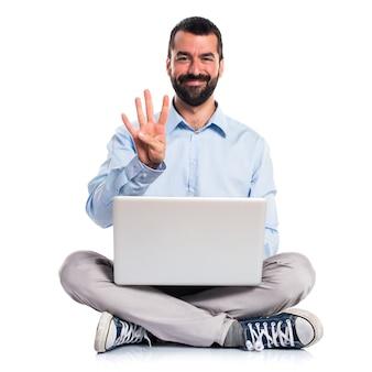 Mann mit laptop zählen vier