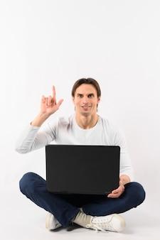 Mann mit laptop zeigt