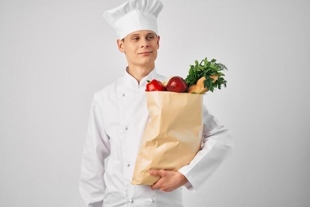 Mann mit lebensmittelpaket gesundes essen küche restaurantarbeit