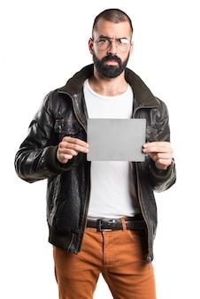 Mann mit lederjacke mit einem leeren plakat
