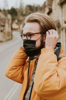 Mann mit maske im neuen normalen dorf