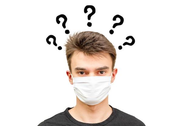 Mann mit maske und vielen fragen.