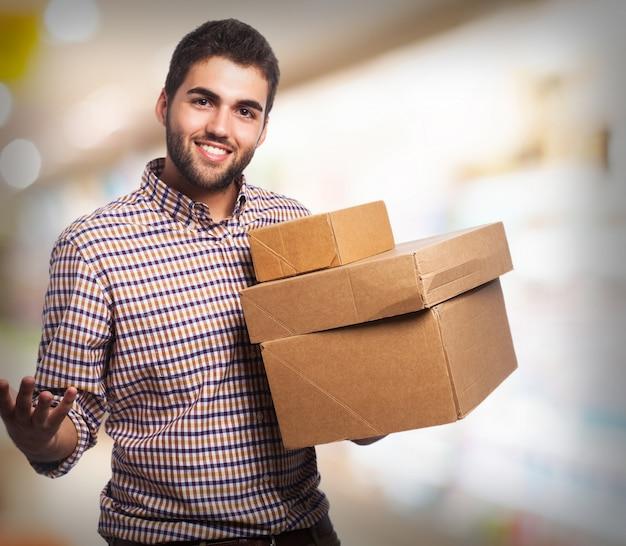 Mann mit mehreren kartons lächelnd