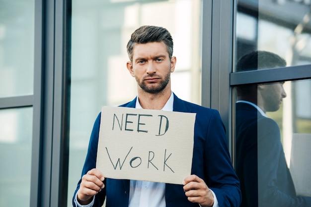 Mann mit mittlerem schuss braucht arbeit
