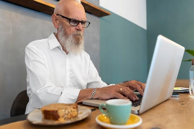 Mann mit mittlerem schuss, der auf der tastatur tippt