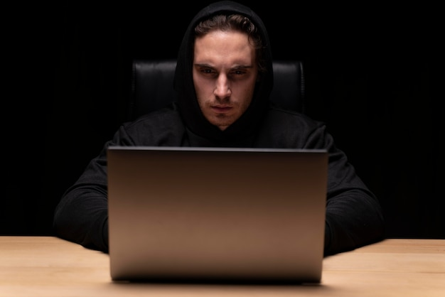 Mann mit mittlerem schuss, der auf laptop tippt