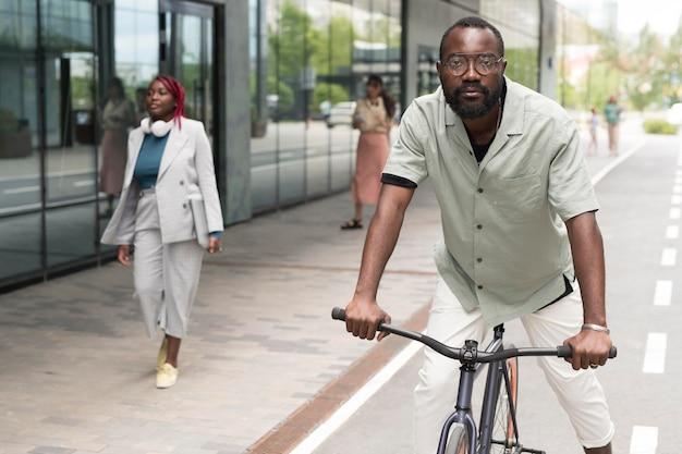 Mann mit mittlerem schuss, der fahrrad fährt