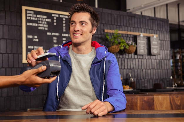 Mann mit mobile payment