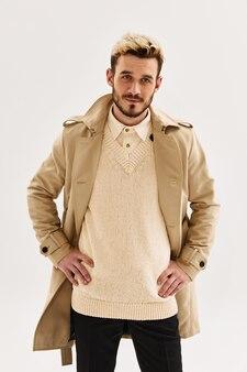 Mann mit modischer frisur im beigefarbenen mantel attraktiver look herbstmode